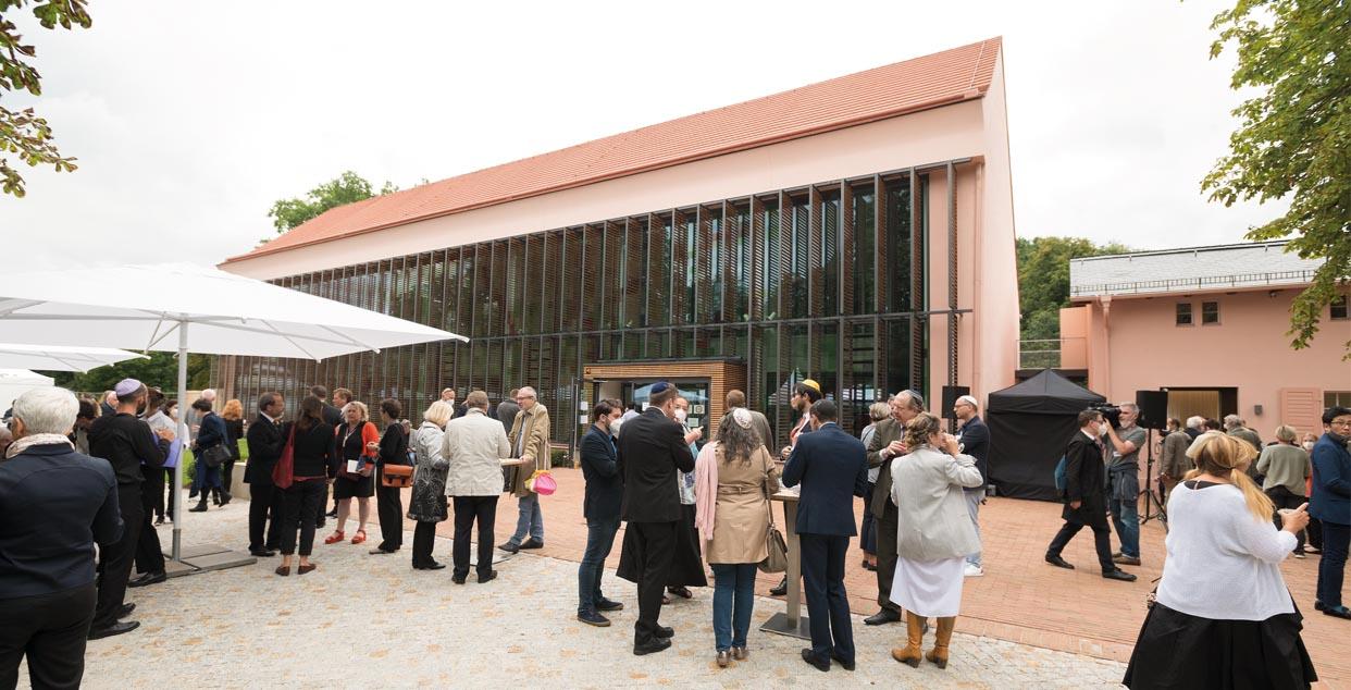 """Einweihung des """"Europäischen Zentrums Jüdischer Gelehrsamkeit"""". In der ehemaligen Orangerie (l.) befinden sich die Verwaltungs- und Seminarräume."""