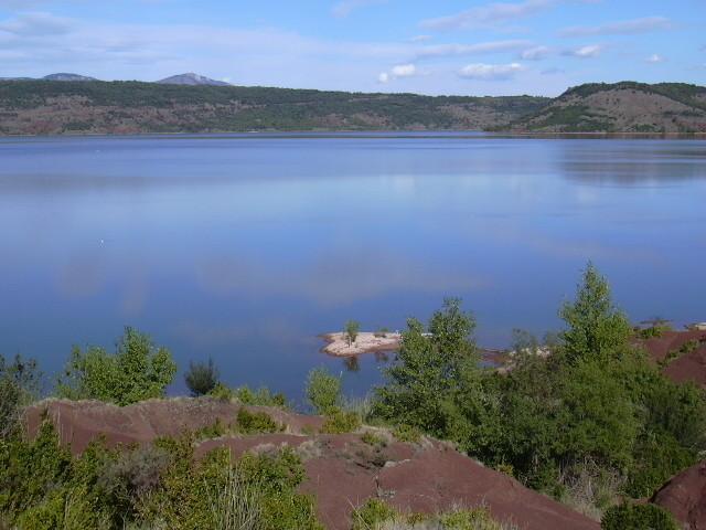 Lac du Salagou: terre rouge et eau bleue