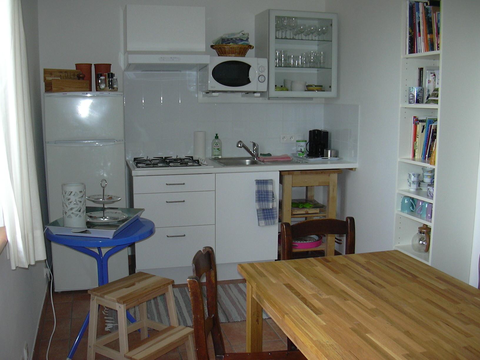 Espace convivialité avec son coin cuisine, sa bibliothèque...-Chambres d'hôtes Le Cadran Solaire