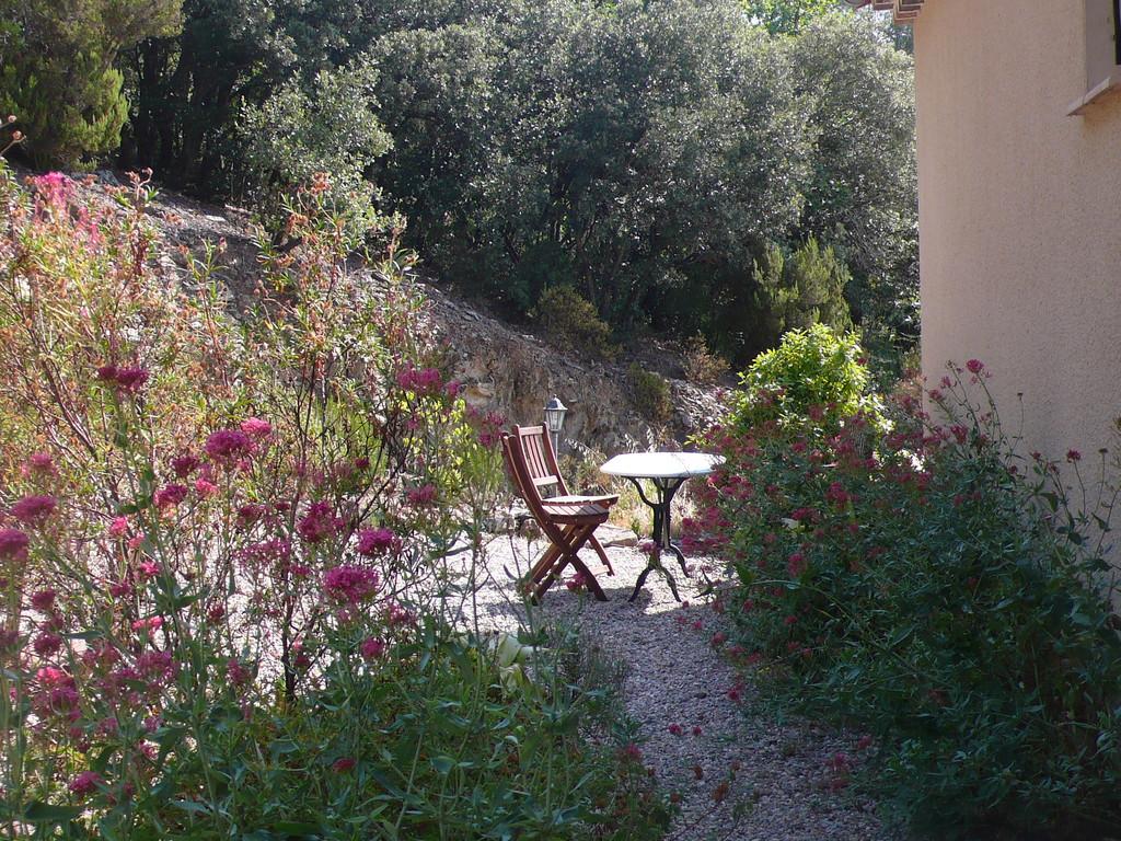 Un coin de repos dans le jardin - Chambres d'hôtes Le Cadran Solaire à Cabrières