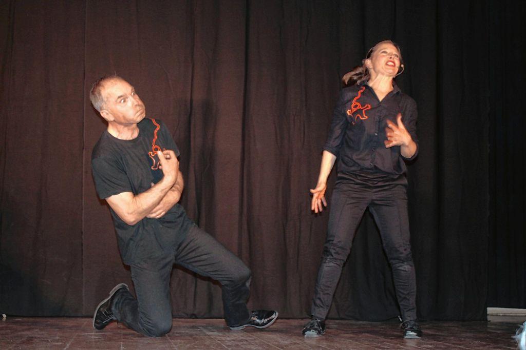 Der Theatersportabend in Weitenau, bei dem sich auf der Bühne die Basler Impronauten und die Markgräfler Dramenwahl gegenüberstanden, war wieder ein voller Erfolg. Unser Bild zeigt Barbara Deubelbeiss und Adrian Moor. Foto: Jürgen Scharf