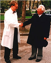Viktor E. Frankl und Uwe Eglau 1992 im Hof 1 des Alten AKHs in Wien