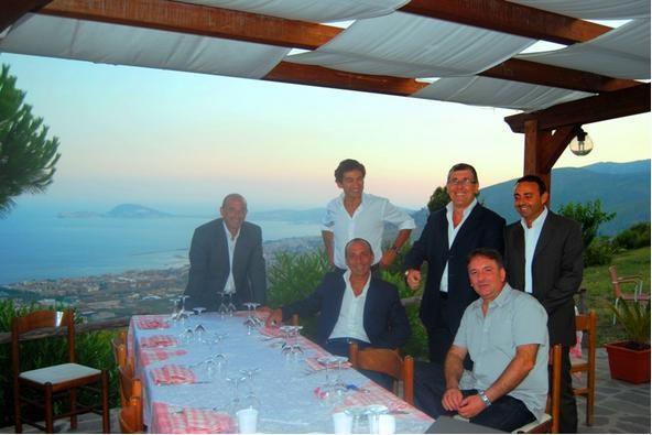 In basso a destra Ciro Tartarone proprietario di Campania Autoricambi insieme a diversi esponenti del gruppo Rhiag.