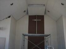 落ちた天井が十字架に支えられました