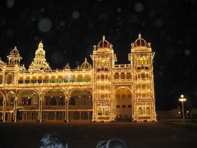 Indien, Palast in Mysore. Wer über das Bild fährt ohne Klick, sieht viele Orbs.