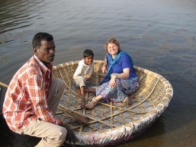 Indien, mit Vater und seinem Sohn in Hampi auf einem Bambusboot