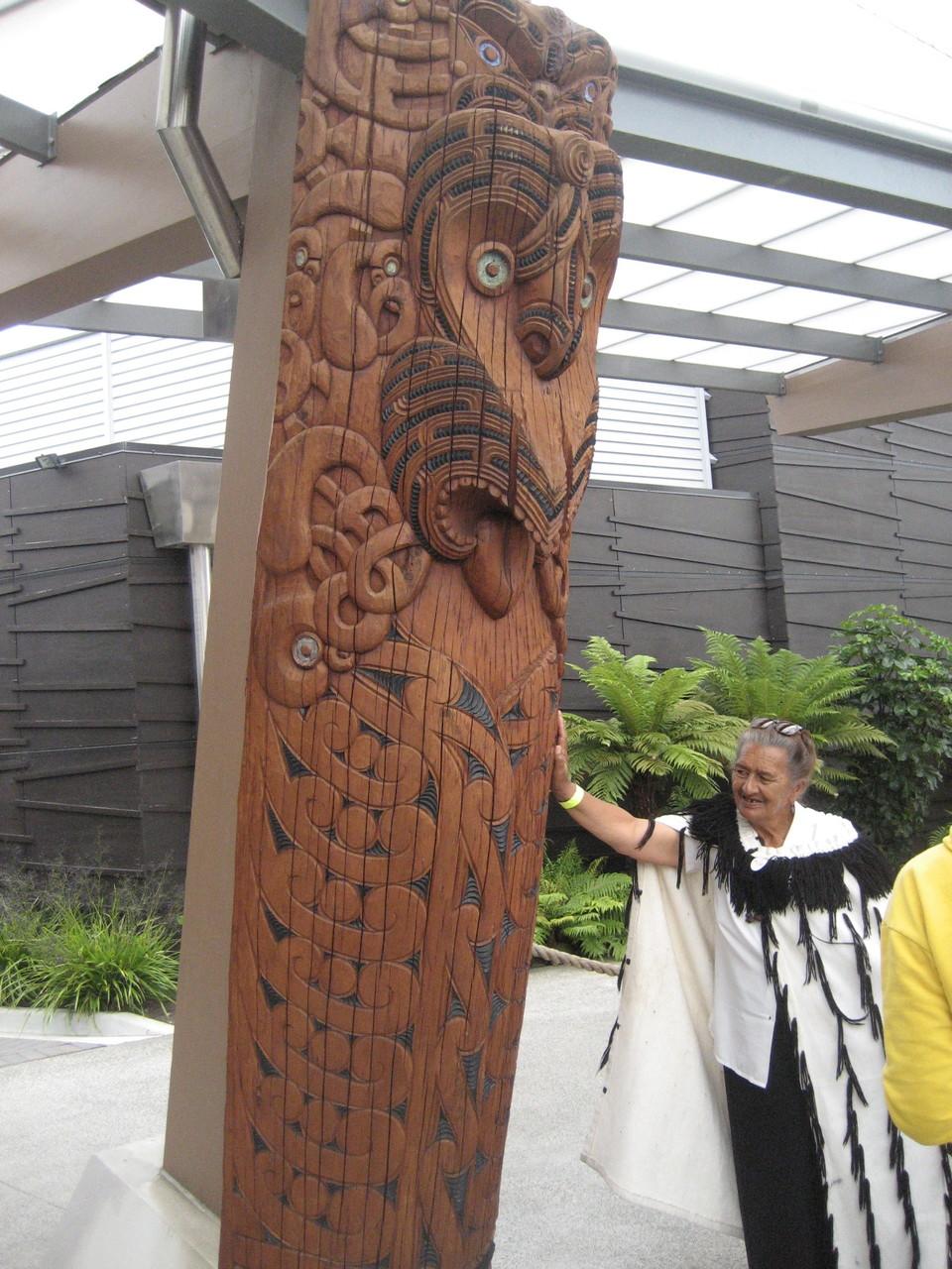 Maori Stele und Frau