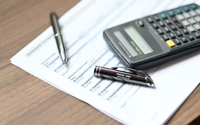 Kugelschreiber und Taschenrechner, der Versicherung Finsura im Allgäu