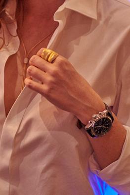Lara mit einem «Longines»-Chronographen «Spirit», einem «Leaf»-Ring von «Ole Lynggaard» und einem «Wellendorff»-Collier «Pure Verführung».