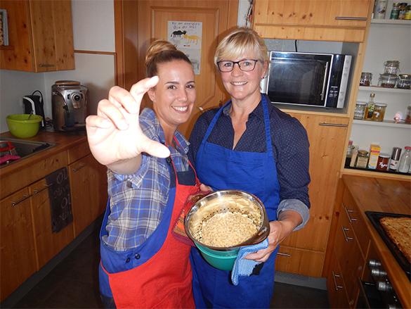 """Rebecca Rühl und Omajanne """"Marianne Neutze"""" bereiten ein leckeres Essen für alle zu. Es gibt Kartoffelspätzle und Kartoffelkuchen."""