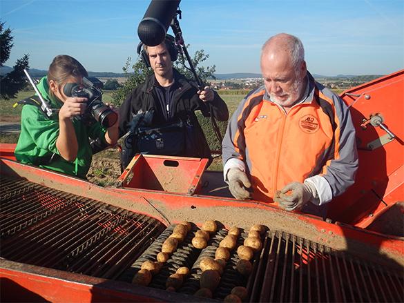 Unser fleißiger Helfer und Mann für alles Norbert Hernold wird auf dem Kartoffelroder bei seiner Arbeit gefilmt.