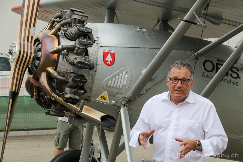 Adrian Heer, Leiter Berufliche Bildung bei der RUAG, erklärt den Anwesenden Gästen den Ablauf der Arbeiten. Dewoitine D.26 HB-RAG Hangar31