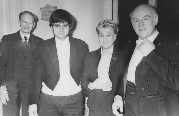 Святослав Рихтер, Екатерина Ферцева и др. после концерта (1970-74). Фото Е.И.Явно.