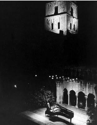 Richter in un concerto serale all'aria aperta ad Arles, giugno 1970
