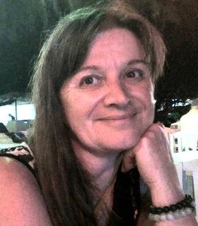 Isabelle est Psycho-Praticienne, Art-thérapeute, Sophro-Relaxologue, Praticienne en Hypnose, Professeur de Yoga, Médium et très bientôt Hygiéniste-Naturopathe.
