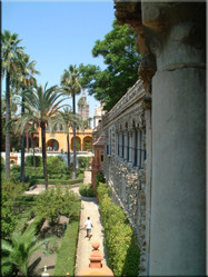 Een van Europa's oudste koninklijke paleizen Reales Alcázares, met een meesterlijke binnenplaats en eveneens zeer indrukwekkende tuin.