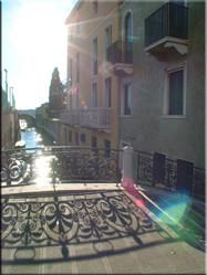 Eén van de vele prachtige kleine straatjes die Venetië rijk is. Al wandelend kom je er veel tegen en geven Venetië de echte sfeer waar het om bekend staat..