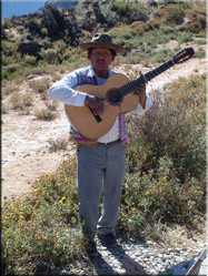 Waar toeristen zijn, zijn mu-zikanten. Deze gringo verenigde de eeuwige wind in de Canyon met zijn Peruaanse gitaarklanken tot een leuk staaltje.