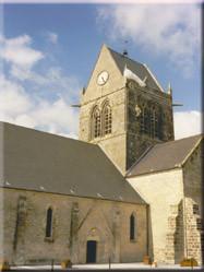 Kerktoren waar de beroemde parachutist uit de film 'A Bridge Too Far' nog wordt herdacht.
