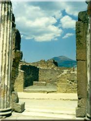 """Vanuit Pompeji een schitterend uitzicht op de Vesuvius. Ooit de grote aanstichter van """"de stad"""" waar nu dagelijks duizenden toe-risten een kijkje komen nemen."""