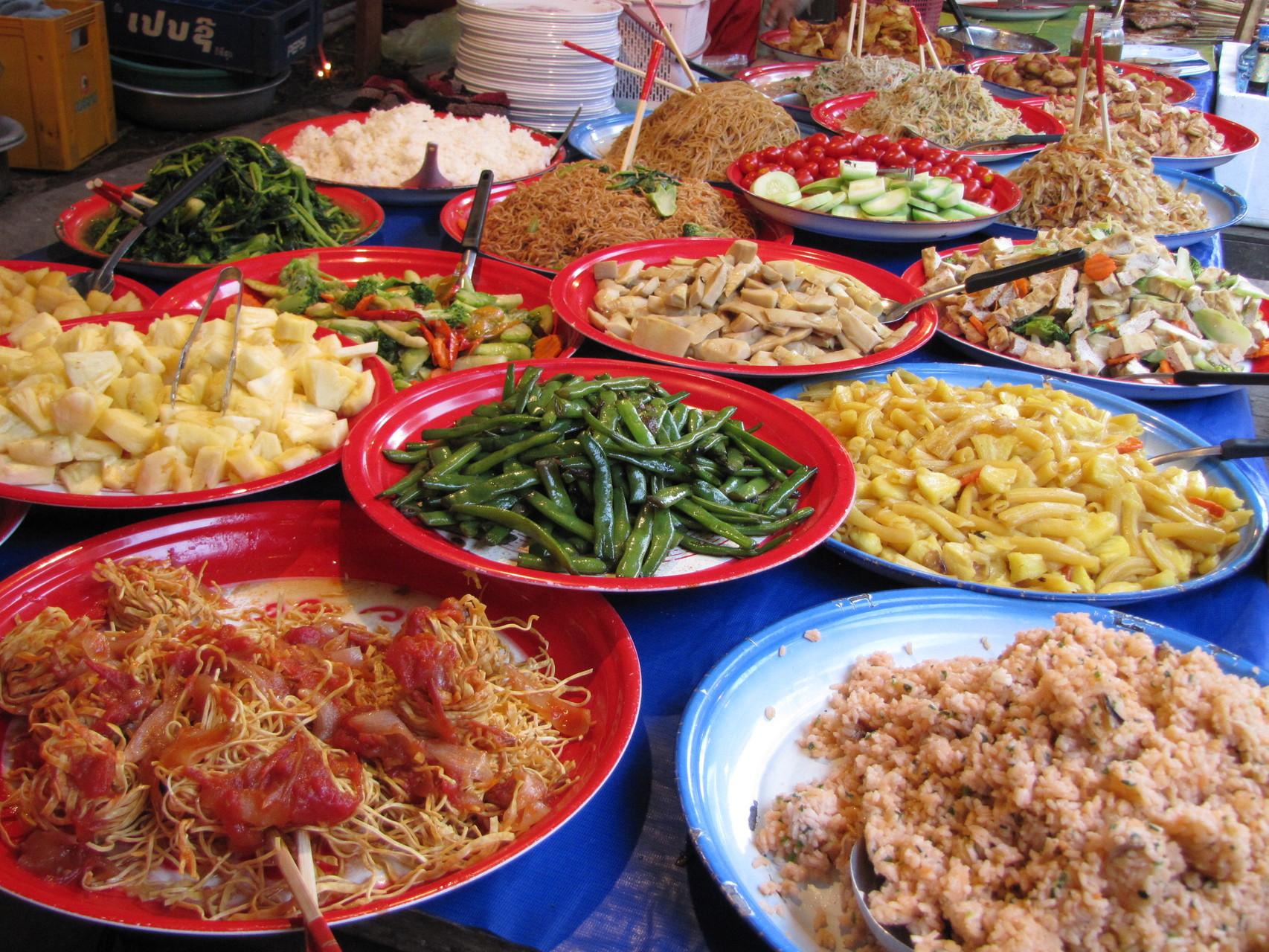 Etenswaren op de lokale markt in Luang Prabang, Laos.