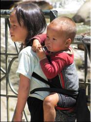 Rondom de dorpen in Sapa zie je straatkinderen die hun moeders vergezellen in een poging op straat hun waren te verkopen....