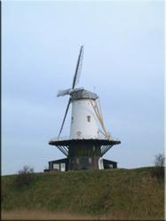 Vanuit de haven van Veere staat aan de rand van het dorp deze oude molen. Typisch Hollands uitzicht.......