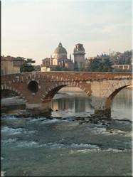 Een brug over de snelstromende Adige biedt een heel mooi uitzicht op de oude stad van Verona. Een wandeling langs de rivier is zeker de moeite waard.