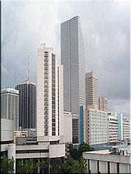 Beeld van de skyline van Miami. Vanaf het nabijgelegen Key Biscane of op JT Causeway richting Miami beach is de skyline goed te bewonderen.