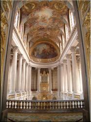 Het prachtstuk in het Château, de Chapelle Royale. Een kapel met Korintische zuilen, wit marmer, verguldsel en barokke muurschilderingen.