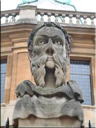Een van de vele markante details aan gebouwen in Oxford. Hier één van de beelden voor een oud gebouw in Broad Street.