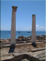 Tharros aan de westkust is een opgraving uit de 8ste eeuw v.c. De resten stammen uit verschillende tijden die daarop volgden.