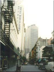 Vanuit de 'Vieux Carré', oftewel de oude binnenstad, een kijkje op het aangrenzende moderne stadsdeel van New Orleans.