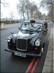 """De stad Londen wordt overspoeld door (koninklijke) historie en traditie. Zo ook de """"oude"""" modellen taxi's die in Londen nog steeds trouwe dienst doen."""