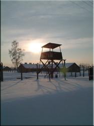 Een van de vele wachttorens op en rondom het terrein van Auschwitz Birkenau die hier uitkijkt op het vrouwenkamp.