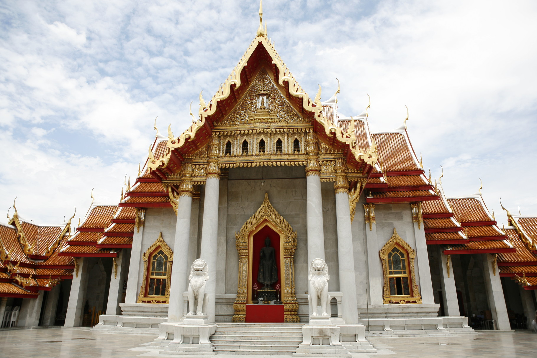 De Wat Benchamabophit tempel in Bangkok, Thailand.