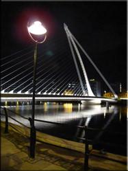 Avondopname van de 'Samuel Beckett' bridge in Dublin. Eén van de vele bruggen over de Liffey die noord en zuid verbindt.