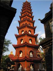 De vuurrode toren van Tran Quocpagode (de oudste van Hanoi) gelegen aan de oever van de rode rivier.