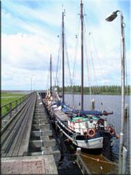 De haven in het plaatsje Zoutkamp. Hier heeft het plaatsje zijn oorspronkelijke charme nog behouden.