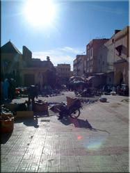 Uitzicht op de medina van Meknès, die later die middag vol zou stromen met Marokkanen die inkopen kwamen doen voor het slachtfeest van 31 december.