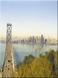 Uitzicht op de prachtige skyline van San Fransisco, met op de voorgrond de Bay Bridge die de verbinding met Oakland tot stand brengt.