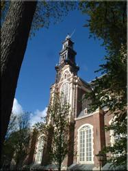 Uitzicht op de Westerkerk. De kerk waarin Rembrandt ligt begraven en waarin Beatrix en Claus in 1966 elkaar het ja-woord gaven.