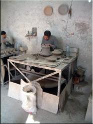 Aan de rand van de stad ligt een authentieke keramiek'fabriek'. Het hele handmatige proces van klei tot handbeschilderde tajine's kan hier bewonderd worden.