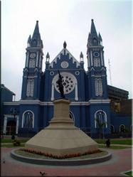Het typisch koloniaal kerkje waar ik op mijn tocht door Lima tegen aan liep. Een gezellig pleintje midden in de drukke stad bracht dit plaatje tot stand.