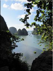 Uitzicht op één van de vele monolitische kalksteeneilandjes die de prachtige baai herbergt.