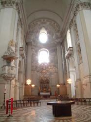 Op het universiteitsplein, waar iedere weekend een markt is met allerlei streekproducten, staat de grootste barrokkerk van Salzburg, de Universitätskirche.