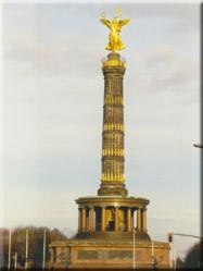 Omringd door de Tiergarten en de Englischer garten prijkt midden op de 'Strasse des 17 juni' de Siegessäule.