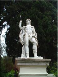 """Eén van de vele beelden in de tuin van het Achilleion. Een paleis dat in 1891 werd gebouwd voor de keizerin van Oostenrijk, beter bekend als """"Sissi""""."""