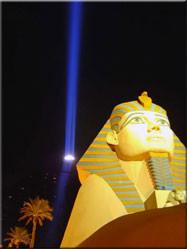 Nee, geen Egypte, maar het Luxor casino in Las Vegas. Een hypermoderne pyramide midden in de Nevada woestijn ingericht als hotel/casino.
