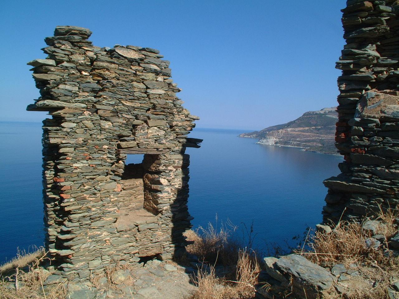 Uitkijk op één van de stranden van het Franse eiland Corsica, aan de Middenlandse zee.